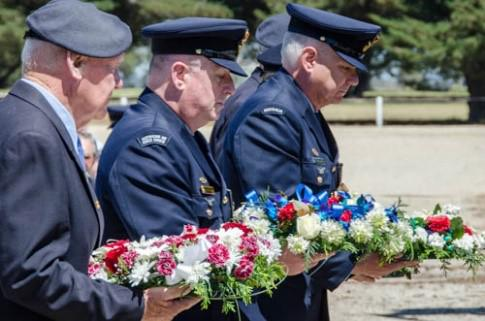 Former and serving personnel laying wreaths